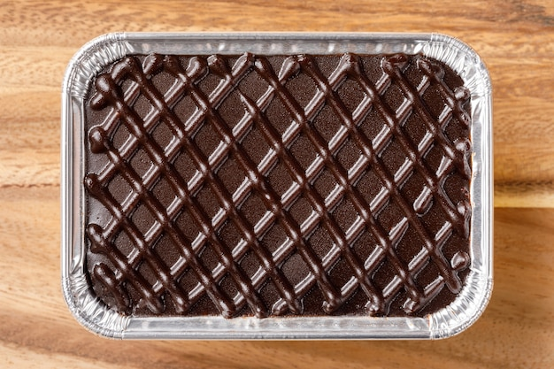 Gâteau au chocolat dans un plateau en aluminium