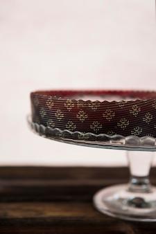 Gâteau au chocolat décoratif sur cristal cakestand sur fond blanc