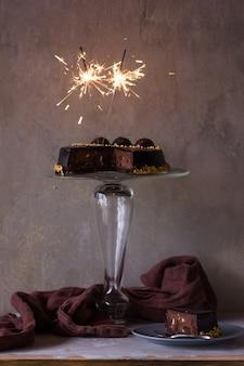 Gâteau au chocolat avec décoration et étincelles de noël