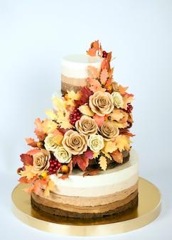 Gâteau au chocolat décoré dans un thème d'automne