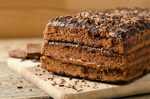 Gateau au chocolat. dessert biscuit au chocolat en poudre avec une barre de chocolat sur un fond en bois