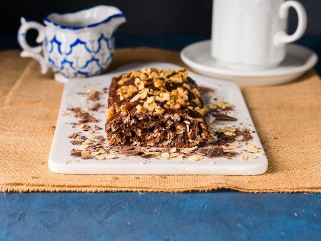 Gâteau au chocolat fait maison avec l'avoine, la noix, la banane