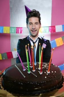 Gâteau au chocolat de fête de vacances dans les mains du jeune homme