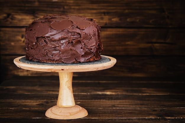 Gâteau au chocolat sur fond de bois foncé