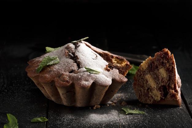 Gâteau au chocolat (fond sombre)