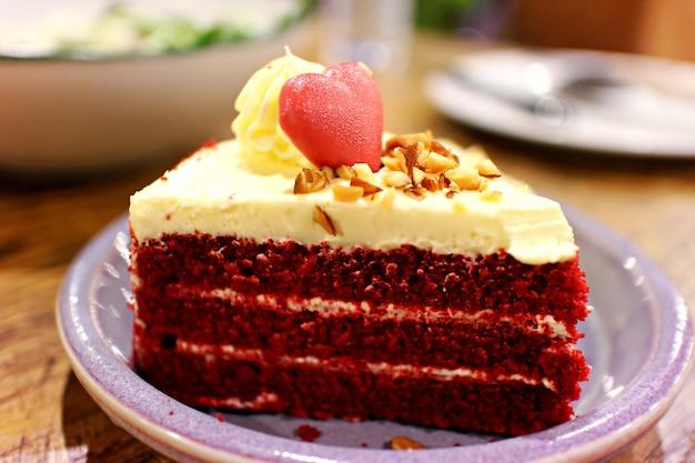 Gâteau au chocolat en forme de cœur sur un gâteau de velours rouge à la vanille. cérémonie de mariage