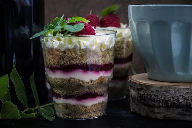 Gâteau au chocolat et framboises avec chantilly