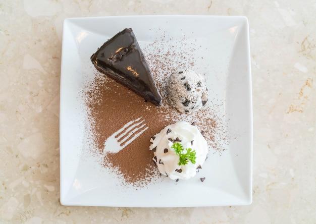 Gâteau au chocolat avec de la glace et de la crème fouettée