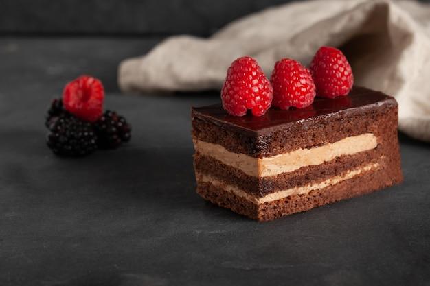 Gâteau au chocolat maison aux framboises et mûres.
