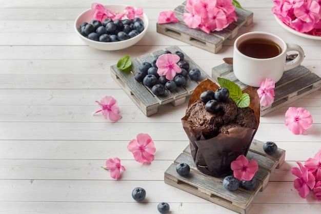 Gâteau au chocolat à la menthe et aux bleuets.