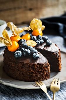 Gâteau au chocolat avec myrtilles et groseilles à maquereau