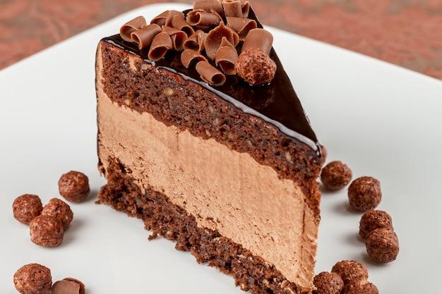 Gâteau au chocolat et noix avec mousse au chocolat