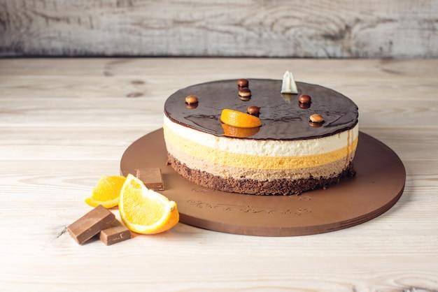 Gâteau au chocolat à l'orange avec des couches de soufflé délicat, dessert fait maison