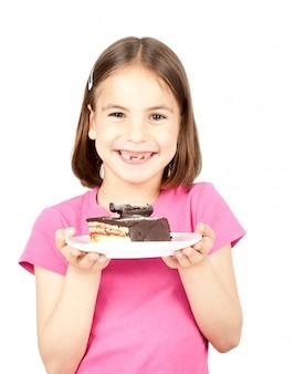 Gâteau au chocolat de petite fille sorcière isolé sur blanc
