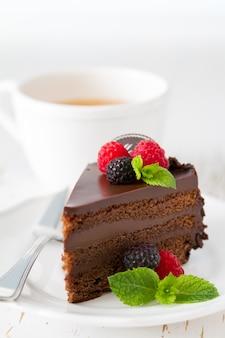 Gâteau au chocolat sur une plaque blanche