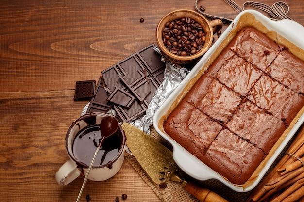 Gâteau au chocolat sur une plaque à pâtisserie