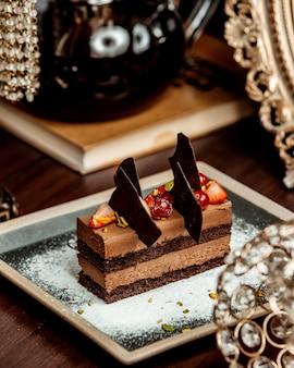 Gâteau au chocolat portionné garni de baies et de chocolat