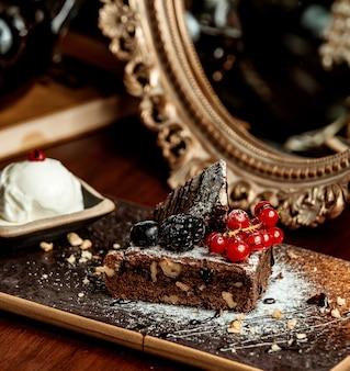 Gâteau au chocolat portionné garni de sirop de chocolat et de baies