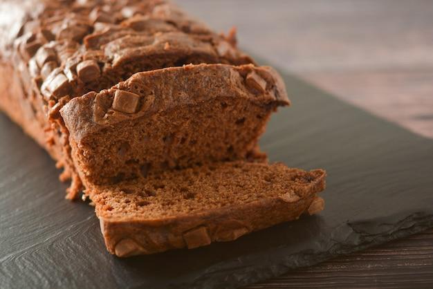 Gateau au chocolat. pound cake aux pépites de chocolat, table en bois.