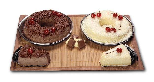 Gâteau au chocolat savoureux isolé sur blanc.