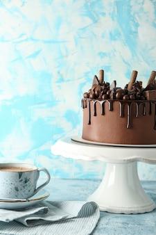 Gâteau au chocolat savoureux sur table