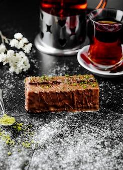 Gâteau au chocolat servi avec du thé