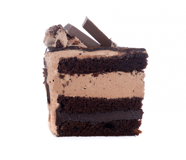 Gâteau au chocolat sucré isolé sur blanc