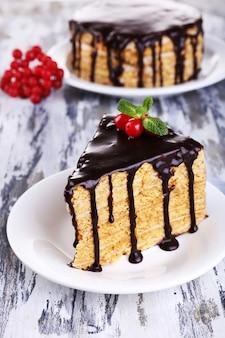 Gâteau au chocolat sur table en bois