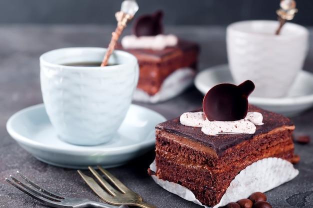 Gâteau au chocolat avec une tasse de café