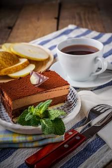Gâteau au chocolat et une tasse de thé au citron