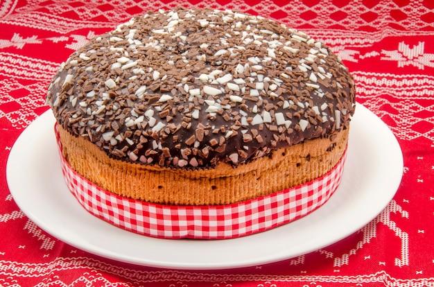 Gâteau au chocolat sur un tissu à motifs de noël
