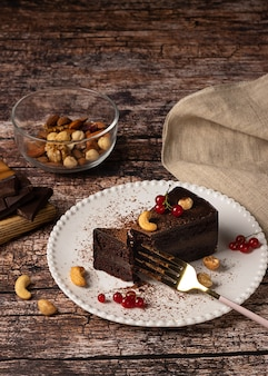 Gâteau au chocolat végétalien cru sur fond vintage sombre