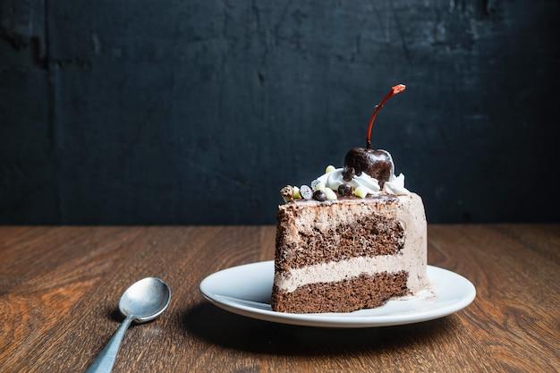Gâteau au chocolat sur une vieille table en bois