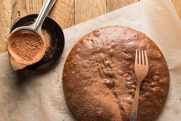 Gâteau au chocolat vue de dessus avec poudre de cacao