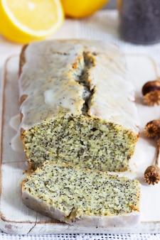 Gâteau au citron aux graines de pavot, recouvert de glaçage sur fond clair. mise au point sélective.
