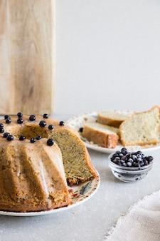 Gâteau au citron fait maison avec graines de pavot et myrtille. mise au point sélective