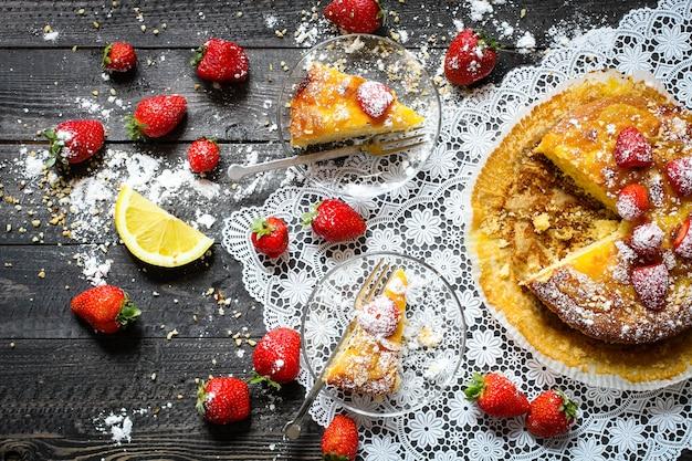 Gâteau au citron avec des fraises sucre fin chocolat