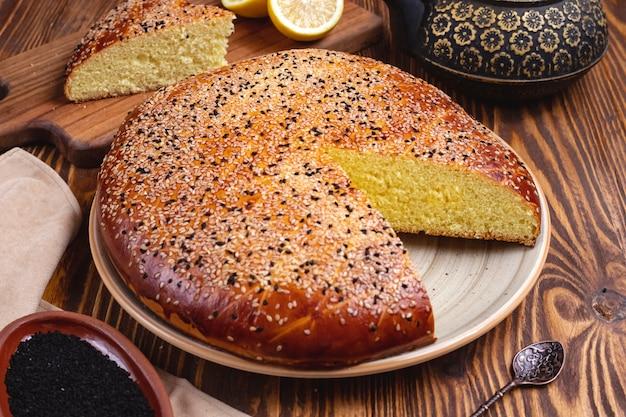 Gâteau au citron, sésame, thé, vue côté