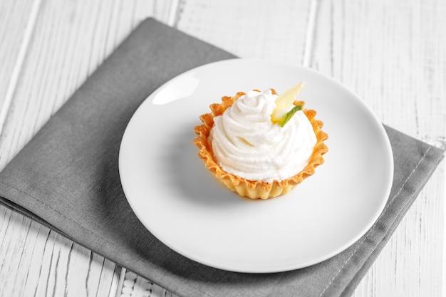 Gâteau au citron sucré à la crème. le concept de nourriture, desserts, repos