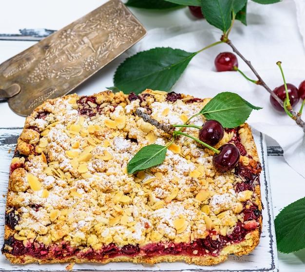 Gâteau au four avec des cerises et pané