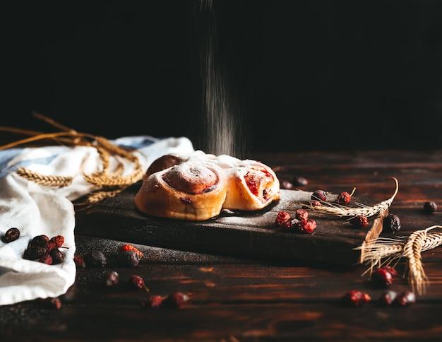 Gâteau au four avec confiture de fraise