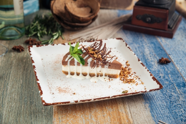 Gâteau au fromage au chocolat, beurre d'arachide, noisettes et menthe