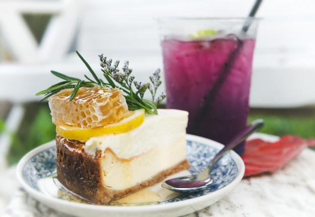 Gâteau au fromage au miel avec garniture de ruche.