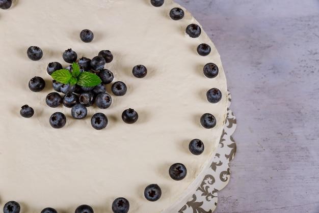 Gâteau au fromage aux bleuets avec des bleuets frais sur le tableau blanc. vue de dessus.