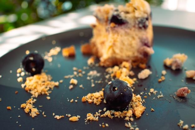 Gâteau Au Fromage Aux Bleuets Sur Plaque Noire Dans Le Café. Photo Premium