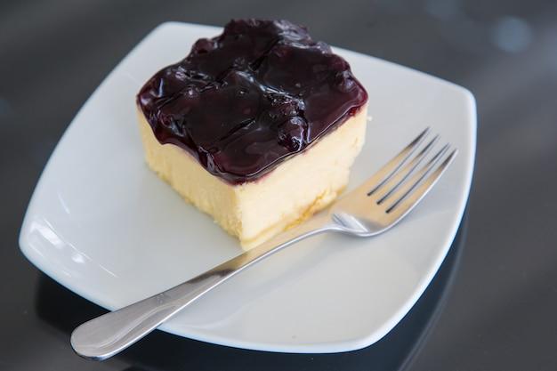 Gâteau au fromage aux fraises sur une assiette avec une fourchette