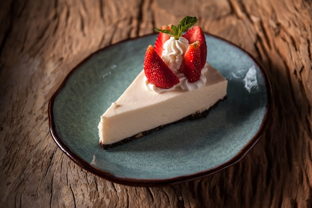 Gâteau au fromage aux fraises garni de crème fouettée