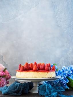 Gâteau au fromage aux fraises maison gris