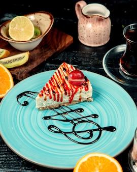 Gâteau au fromage aux fraises sur la table