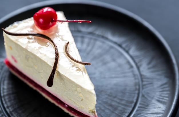 Gâteau au fromage aux framboises avec cerise douce